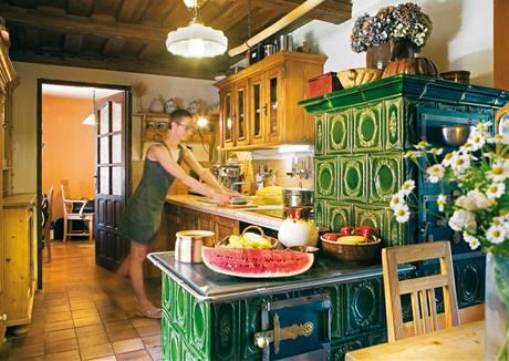 V kuchyni nechybí kachlová kamna, ale ani varná deska či teplá voda