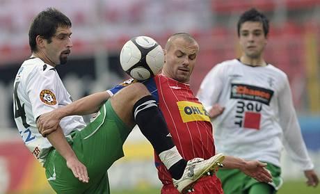 Brno - Jablonec: vlevo jablonecký Petr Pavlík v souboji s Tomášem Doškem