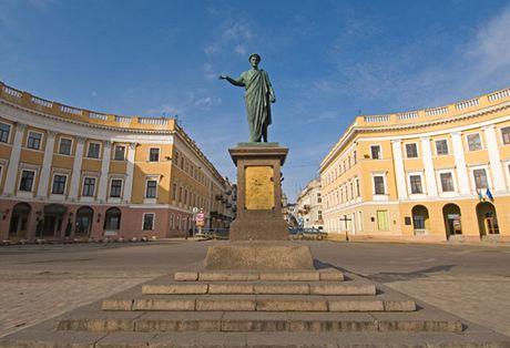 Ukrajina,Oděsa. Socha vévody de Richelieu na vrcholu Potěmkinových schodů