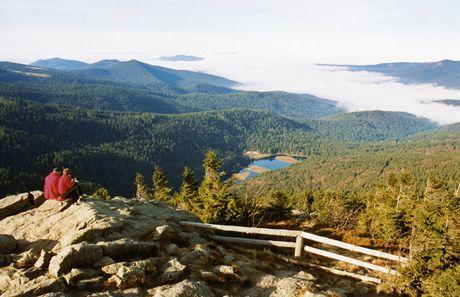 Výhled z Velkého Javoru na Malé Javorské jezero a západní Šumavu