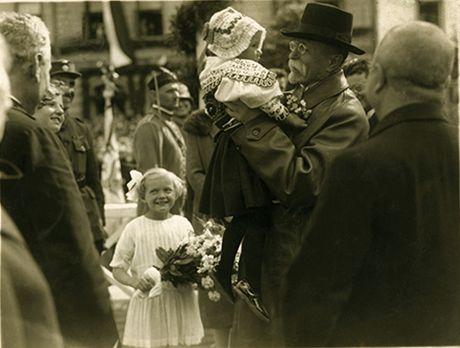 Výřez z fotografie ze 17. června 1928 se stal symbolem první republiky. Motiv prezidenta držícího malou dívku byl později použit i na dopisní známce.