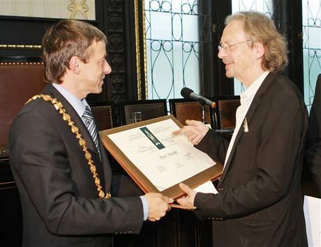 Peter Handke přebírá cenu Franze Kafky