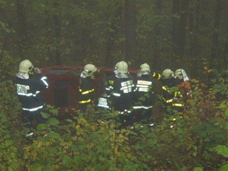 Auto vyprošťovaly dvě jednotky hasičů.