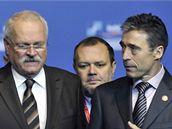 Slovenský prezident Ivan Gašparovič (vlevo) se šéfem NATO Andersem Foghem Rasmussenem v Bratislavě na setkání ministru zahraničí zemí NATO. (23. října 2009)
