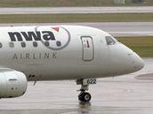 Letoun společnosti Northwest Airlines roluje na letišti v Minneapolis-St.Paul (23. října 2009)