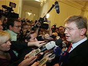 Ministr Štefan Füle v obležení novinářů po skončení jednání Ústavního soudu (27. října 2009)