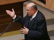 Ústavní soudci naslouchají závěrečné řeči právníka Aleše Pejchala, který na jednání zastupoval prezidenta Václava Klause (27. října 2009)