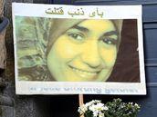 Fotografie ubodané Marwy al-Sherbiniové před soudní budovou v Drážďanech (26. října 2009)