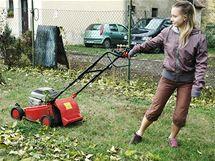 Foukání listí pomocí sekačky na trávu