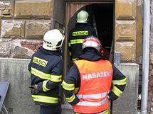 Při opravě restaurace na Vídeňské ulici čílso 16 v brně vybuchla propanbutanová láhev a zranila provozní - žena je v kritickém stavu. Policisté i strážníci museli na místě odklánět veškerou dopravu.