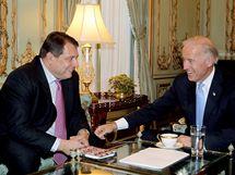 Jiří Paroubek na setkání s americkým viceprezidentem Joe Bidenem. (23. října 2009)