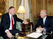 Mirek Topolánek na setkání s americkým viceprezidentem Joe Bidenem. (23. října 2009)