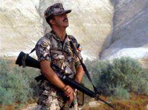 Jordánský voják na hranicích s Izraelem. Zaminovaná hranice by v budoucnu mohla sloužit hospodářství i turistice.