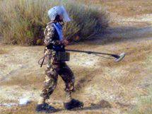 Jordánští vojáci při hledání min v údolí řeky Jordán