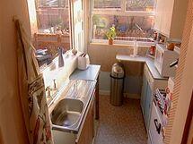 V britském seriálu How clean is your house? expertky na hygienu odhalují tajemství špíny a nepořádku amerických a britských domácností (foto kuchyně po jejich zásahu). U nás byl vysílán na TV Barandov jako Máte doma uklizeno?