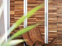 Tropické dřevo bylo použito i na skříních