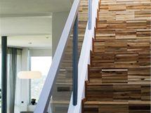 Podlaha z tzv. kantovky pokračuje po schodech až do patra