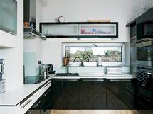 Pásové okno přivádí do kuchyňské části dostatek světla