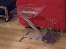 Plastový nábytek nepůsobí v bytě tak mohutně jako třeba dřevěný