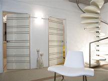 Dveře barevně ladí s použitými materiály na podlahu i stěny