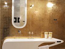 Zlatá mozaika dodává koupelně luxusní charakter