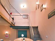 Lanka na zábradlí na schodišti v hudebně připomínají záměrně hudební osnovu
