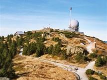 Vrchol Velkého Javoru s vojenským radarem