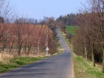 Načervenalé půdy se střídají s loukami a menšími lesíky: tak vypadá charakteristická krajina Džbánu