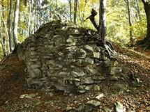 Z hradu Džbán zbylo do dnešních dnů jen pár zdí