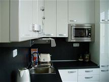 Ošklivá plechová kuchyně je pryč. Místo ní mám krásnou bílou v lesku