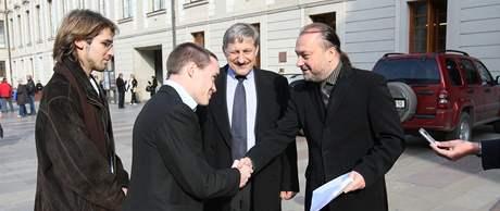 Tajemník prezidenta přebírá petici na podporu Václava Klause