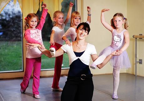 Daniela Poková - bývalá baletka se svými žákyněmi ve své taneční školičce