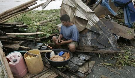 Tajfun Mirinae bořil domy a vyvracel stromy. (31. 10. 2009)