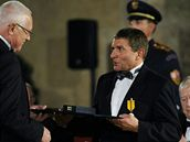 Žokej, trenér a chovatel dostihových koní Josef Váňa (vpravo) převzal 28. října ve Vladislavském sále Pražského hradu z rukou prezidenta Václava Klause.