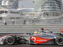 Lewis Hamilton v tréninku na Velkou cenu Abú Zabí