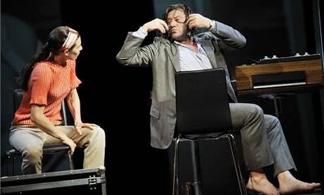 """Nina Kunzendorfová (žena) a André Jung (Krapp) v inscenaci Handkeho """"beckettovského"""" textu Až když vás den odloučí aneb Otázka světla při letošním divadelním festivalu v rakouském Salcburku."""