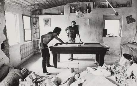 Fotografie Heleny Wilsonové: Karel Nepraš a Jaroslav Mysliveček v Divoké Šárce, 1971