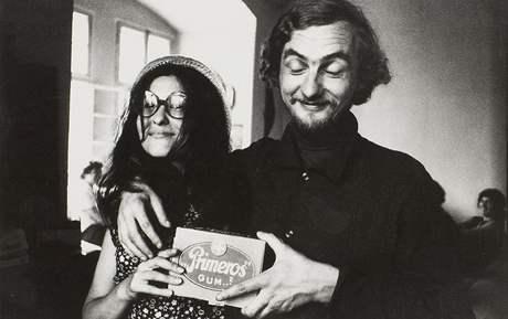 Fotografie Heleny Wilsonové: Jan Steklík a Duňa Brikciusová, akce Zorky Ságlové Pocta Fafejtovi, Lemberk, 1972