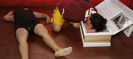 Muž ve vesnici San Martin Salvadoru oplakává mrtvou dceru (9. 11. 2009)