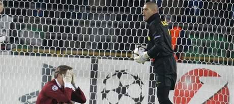 Kazaň - Barcelona: domácí Aleksandr Bukharov a brankář Victor Valdes
