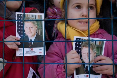 Na odhalení sochy Billa Clintona se přišly podívat tisíce Albánců. (1. listopadu 2009)