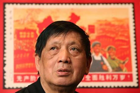 Wang Wei Šeng se zvětšeninou známky, na které zapomněl zobrazit Tchaj-wan jako součást Číny.