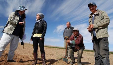 Češi nejprve zrekonstuují studnu a pak  pastevce z mongolské Gobi učí pěstovat zeleninu. Vlevo zemědělec Karel Vítek, třetí zleva environmentalista Miloš Horák