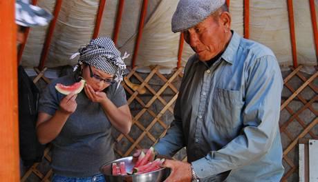 Vodní meloun v pouštní jurtě je něco jako fata morgána. Obvykle tu dostanete maso, kosti a mléko