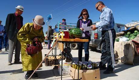 Babička na trhu, který se v Gobi koná jednou ročně, kupuje zeleninu. V poušti je jakákoli zelenina luxus