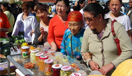 Jednou ročně se pastevci z mongolské Gobi sjedou do Sajnšandu. Letos zde mohli koupit i novinku - výrobky ze zeleniny, třeba okurky zavařované na český způsob