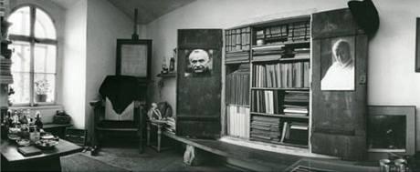 Ateliér Jaroslava Krejčího na Malé Straně v Praze s takzvanou jarmarou, tedy skříní, v níž Krejčí schraňoval svůj archiv