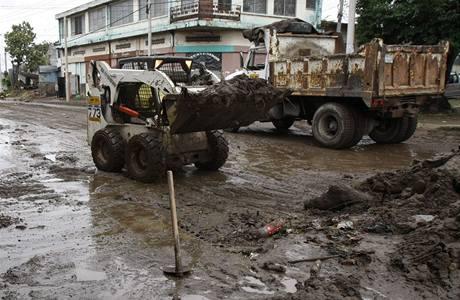 Odklízení škod po zásahu hurikánu Ida na Salvadoru (9. 11. 2009)