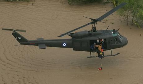 Záchranáři vytahují z vody lidi nedaleko Costa del Sol v Zacatecoluce v Salvadoru (9. 11. 2009)