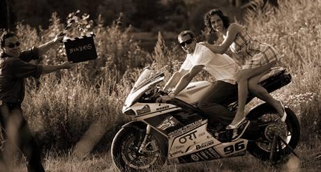 Kalendář Dukly 2010 - listopad: motocyklista Jakub Smrž a tyčkařka Kateřina Baďurová. Vlevo autor Jan Saudek
